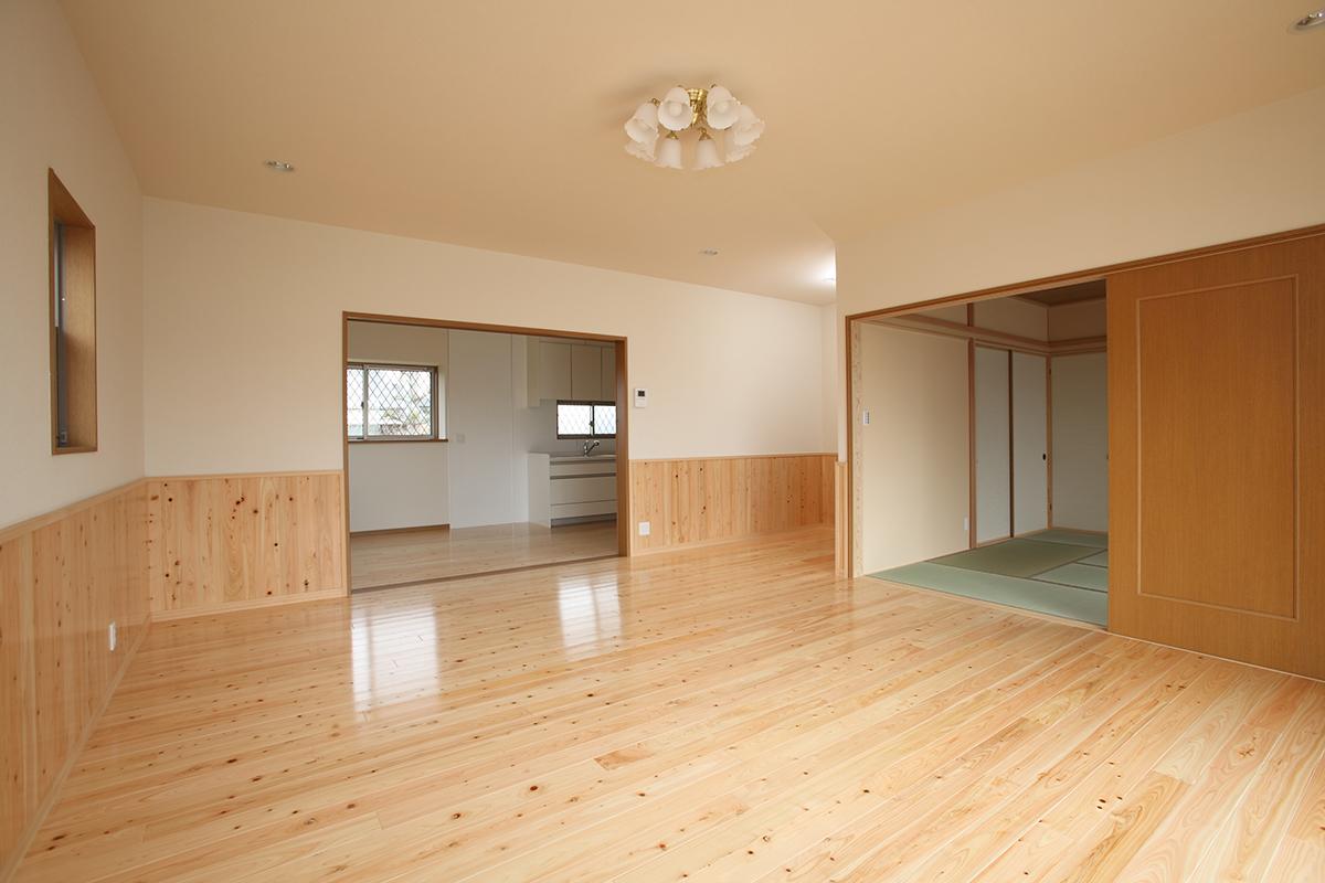 リビングの床材は桧貼りで、良い木の香りがしてリラックスできます。