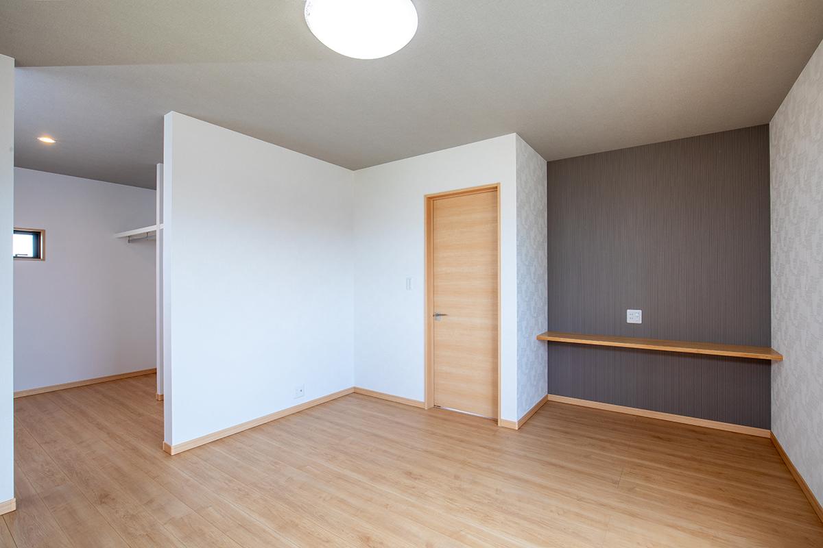 落ち着いた色合いの主寝室には造り付けのデスクとウォークインクローゼットを設けました。